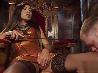 Median tranny makes slave cum